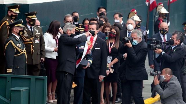 Pedro Castillo asumió este miércoles como presidente de Perú en la sede del Congreso. Foto: AFP.