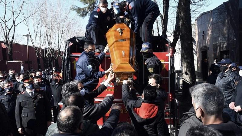 El momento en que uno de los bomberos caídos es subido a la autobomba para su traslado al cementerio (foto: Daniel Dabove, Télam)