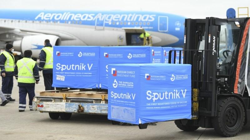 """El martes llegarán """"sustancia activa, componente 1 y componente 2"""" de la vacuna Sputnik V """"en el avión de Aerolíneas Argentinas"""" que regresa de Moscú"""