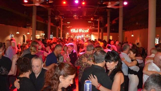 Multitudes se suman al tango, y el proyecto apunta la creación de un instituto especializado.