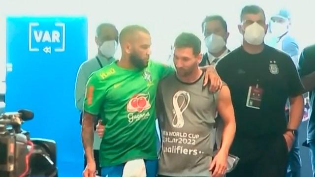 Messi y Dani Alves se abrazan en medio del escándalo por la suspensión.