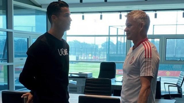 Cristiano Ronaldo y el DT Ole Gunnar Solskjaer (Twitter Manchester United).