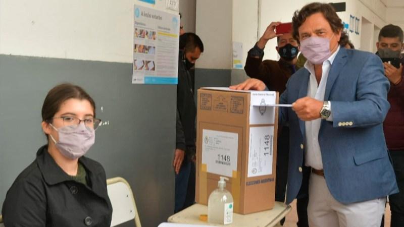 El momento en el que emitió su voto el gobernador Gustavo Sáenz.