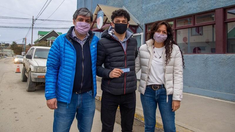El fueguino Lucas Rodríguez, de 17 años, fue acompañado por sus padres en tan importante día. (Foto: Cristian Urrutia)