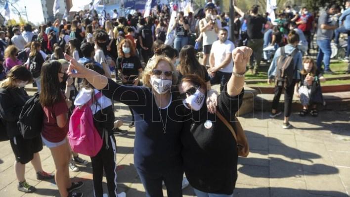 Foto:     La marcha concluyó en el exMnisterio de Obras Públicas bonaerense, donde hace 45 años se oyó el reclamo por el boleto estudiantil. Eva Cabrera.