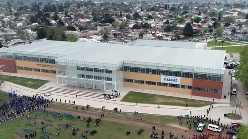 La Facultad de Ciencias Médicas tiene 20.370 metros cuadrados cubiertos, está pensado para unos 21.600 alumnos y en su planta baja alberga 94 aulas de gran tamaño.