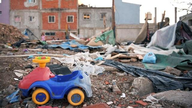 El gobierno porteño se valío de topadoras, camiones y un fuerte operativo policial para sacar a las familias. Foto: Julián Álvarez.