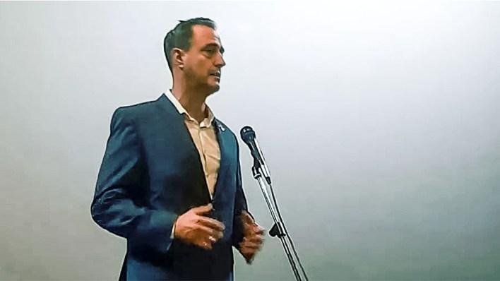 El embajador Mariano Vergara durante la presentación de la película en el cine Moscú, la mayor sala de Erevan.
