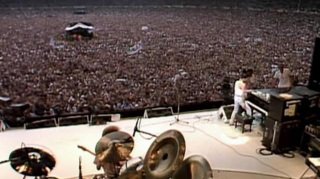 Una vista impactante desde el enorme escenario con Queen en acción.