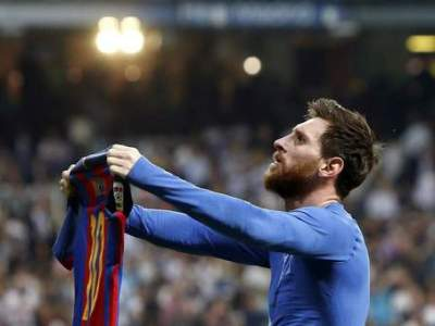 epa05924571 FC Barcelona's Argentinian striker Lionel Messi jubilates the 3-2-victory against Real Madrid during the Liga Primera Division 33rd round match between Real Madrid and FC Barcelona at the Santiago Bernabeu stadium in Madrid, Spain, 23 April 2017.  EPA/Juan Carlos Hidalgo