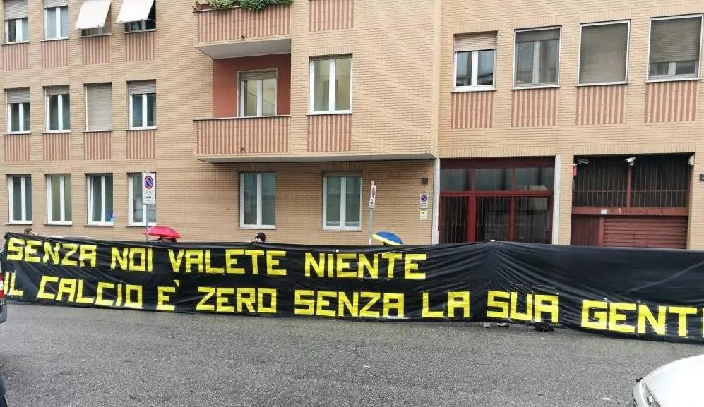 Diritti tv Serie A, protesta ultras davanti alla sede della Lega
