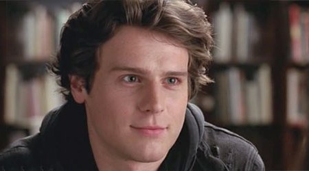 Jonathan Groff in una scena di Glee