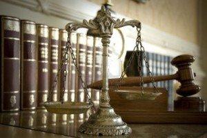 14205686-simbolo-della-legge-e-della-giustizia-il-diritto-e-il-concetto-di-giustizia-si-concentrano-sulla-bil
