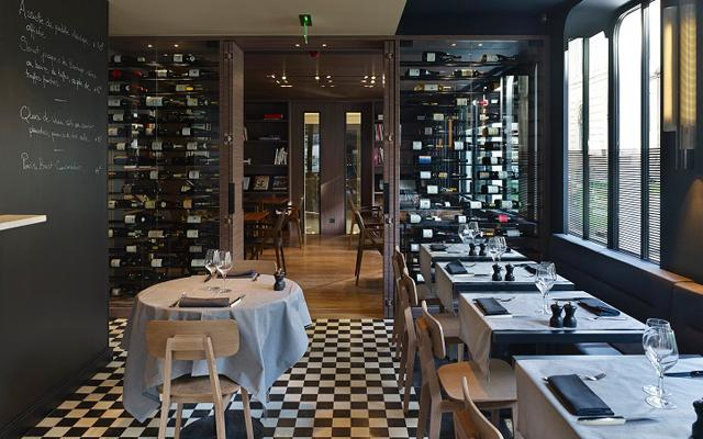 Jean-Michel Wilmotte's décor obeys all the codes of bistro style, in a sleek dining room with black and white checkerboard floor