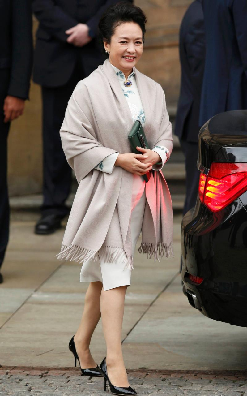 Samantha Cameron gifts Sophie Hulme bag to Chinese First