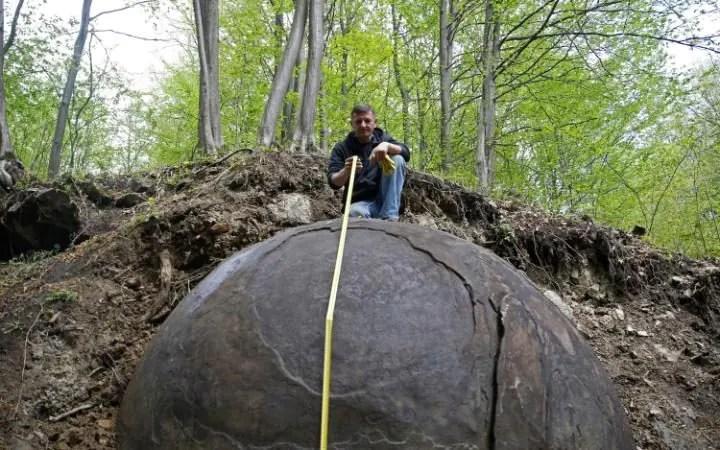 Suad Keserovic pone come lui misura una palla di pietra