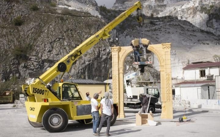 Workers manoeuvre the final blocks into place to complete the 3D replica of Palmyra's Arch of Triumph at the marble caves of Carrara, Italy