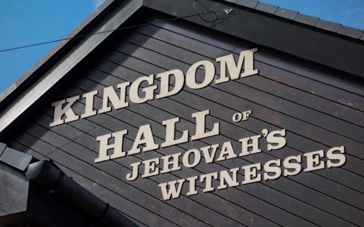 Um juiz decidiu que uma Testemunha de Jeová só poderia levar seu filho para Kingdom Hall por até duas horas em um domingo. Crédito: Avonica / Alamy Stock Photo