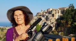 la-regista-imelda-bonato-con-sfondo-Badolato-borgo-agosto-2019