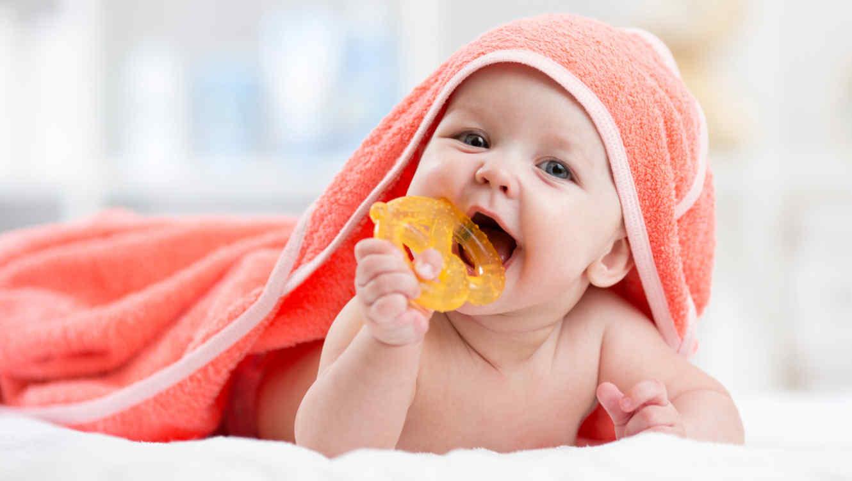 Bebé con mordedor en la boca