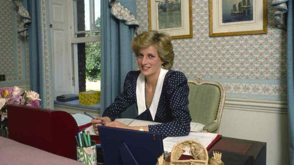 Lady Diana en su escritorio en 1985