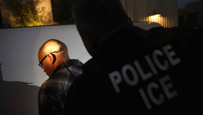 Agente del ICE llevando a cabo un arresto.