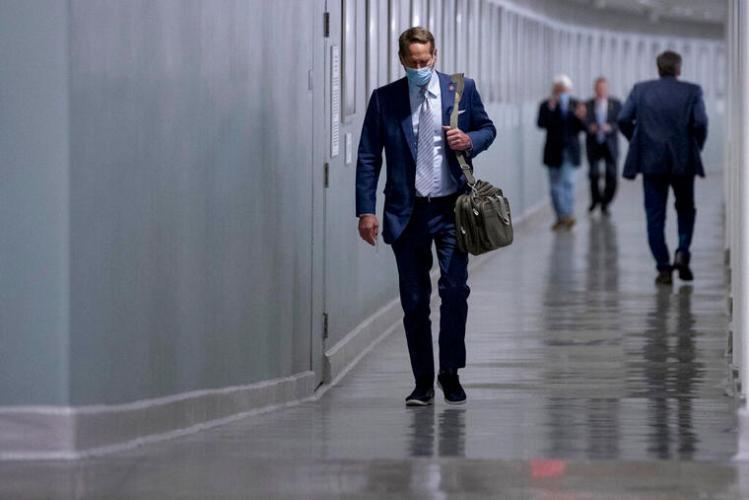 Los legisladores caminaron hacia el pleno de la Cámara Baja, guardando prudente distancia, para votar una medida de emergencia para negocios y hospitales