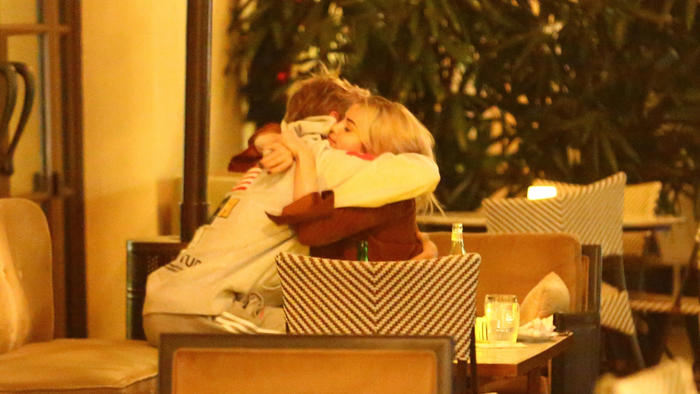 Selena Gomez abrazando a Justin Bieber