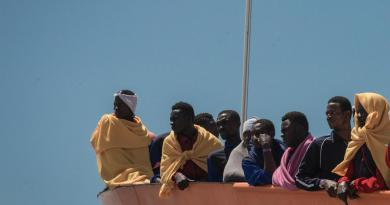 Open Arms, altri 48 migranti si gettano in mare