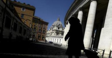 """Vaticano, l'amarezza di Becciu dopo rinuncia a cardinalato: """"Preferisco il silenzio"""""""