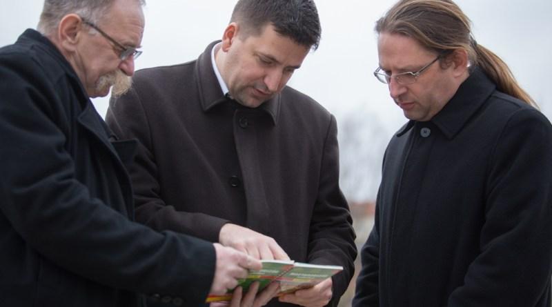 A Jobbik sajtótájékoztatója a paksi kompkikötőnél. Fotó: Kövi Gergő/Paksi Hírnök