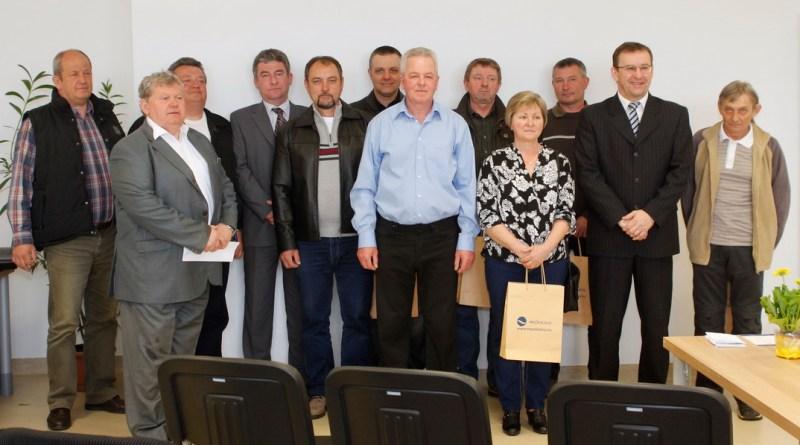 A jubiláló munkatársak a polgármester és a cégvezető társaságában. Fotó: Molnár Gyula/Paksi Hírnök