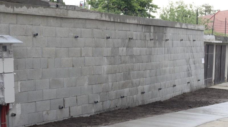 A Kodály Zoltán utcában megépített új támfal hossza 16 méter. Fotó: Molnár Gyula/Paksi Hírnök