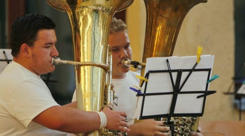 A paksi művészeti iskolában rendezett tubatábor résztvevői a Vak Bottyán gimnázium díszudvarán adtak koncertet. Fotó: Molnár Gyula/Paksi Hírnök