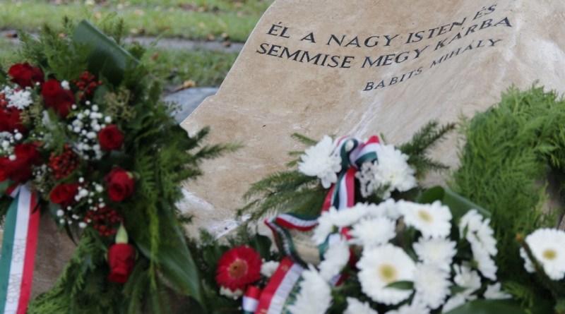 Az október 6-i városi megemlékezést koszorúzással zárták a Duna-parti korzón álló emlékműnél. Fotó: Molnár Gyula/Paksi Hírnök