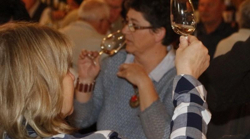 Végzett borbírák, a borok készítői és kedvelői egyaránt értékelhetik a nevezett nedűket a rendhagyó borversenyen. Fotó: Molnár Gyula/Paksi Hírnök archív
