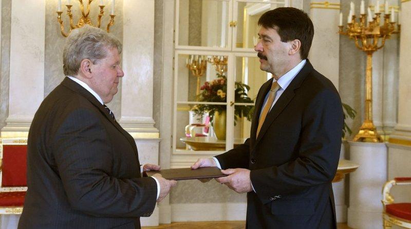 Áder János köztársasági elnök (j) tárca nélküli miniszterré nevezi ki Süli Jánost (b) május 2-i hatállyal április 26-án. Fotó: MTI/Bruzák Noémi