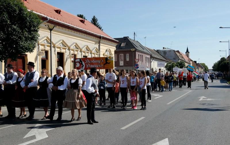 Felvonulás az első Város napján. Fotó: Molnár Gyula/Paksi Hírnök archív
