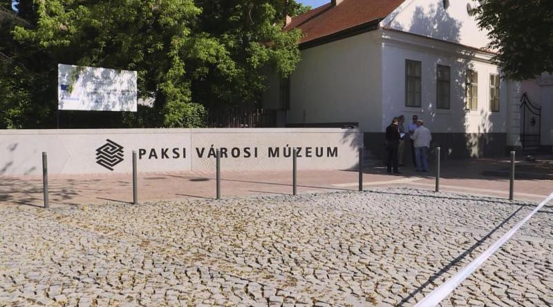 2016 őszén láttak hozzá a Városi Múzeum előtti tér felújításához, a munkálatokkal elkészült a kivitelező. Fotó: TelePaks televízió