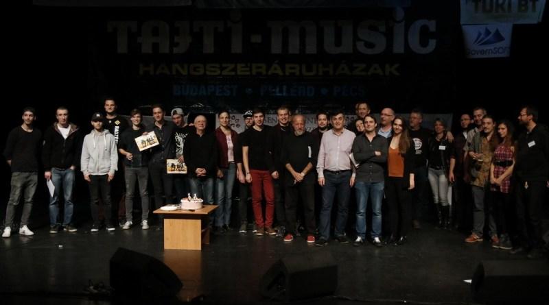 Csoportkép az idei fesztivál díjátadójáról. Fotó: Molnár Gyula/Paksi Hírnök