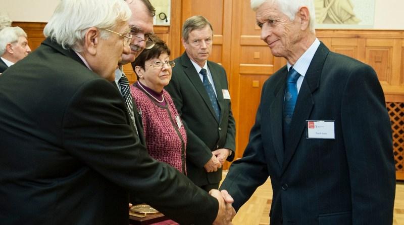 Tóth Iván átveszi a díjat. Fotó: Paksi Atomerőmű