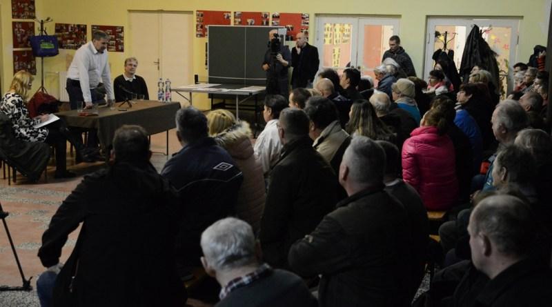 Közel hetvenen vettek részt a Gyapán rendezett lakossági fórumon. Fotó: Szaffenauer Ferenc/Paksi hírnök