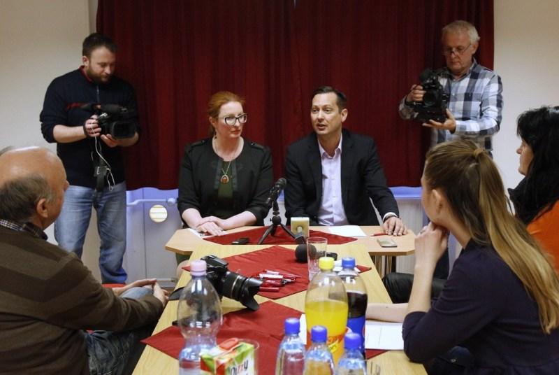 Heringes Anita, az MSZP-Párbeszéd országgyűlési képviselőjelöltje és dr. Molnár Zsolt, a nemzetbiztonsági bizottság elnöke. Fotó: Molnár Gyula/Paksi Hírnök