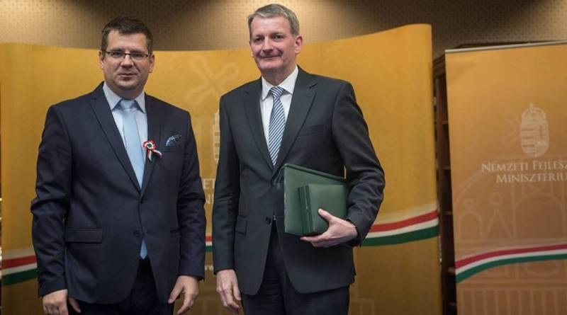 Elter József a díjat átadó miniszter, Seszták Miklós társaságában. Fotó: NFM