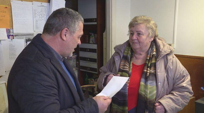 Kovács Sándor alpolgármester személyesen adta át felajánlását a Segítők házában és a Katolikus Karitász paksi szervezeténél. Fotó: TelePaks