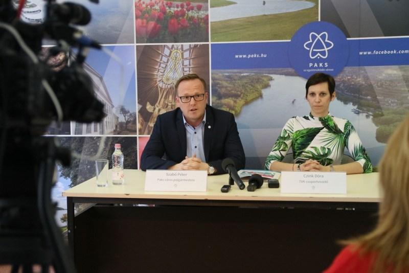 Szabó Péter polgármester és Czink Dóra csoportvezető sajtótájékoztatón. Fotó: Molnár Gyula/Paksi Hírnök