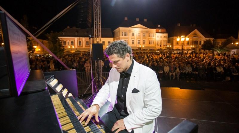 Rákász Gergely koncertorgonista. Fotó: Mészáros Mátyás