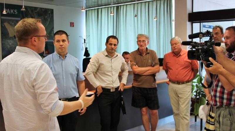 Szabó Péter polgármester vette át a lakók levelét. Fotó: Vida Tünde