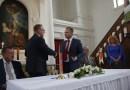 Szabó Péter, Paks polgármestere (b.) és Peter Paska, Galánta polgármestere megerősítették a két település közötti testvérvárosi megállapodást. Fotó: Molnár Gyula/Paksi Hírnök
