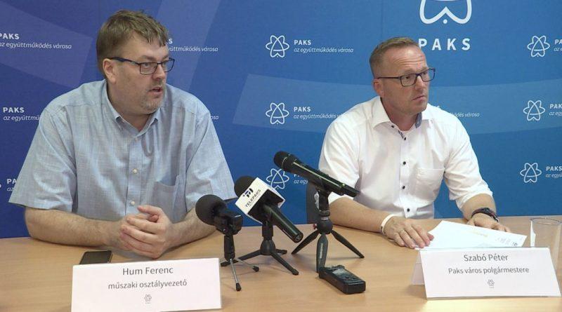 Szabó Péter polgármester és Hum Ferenc osztályvezető a sajtótájékoztatón. Fotó: Telepaks